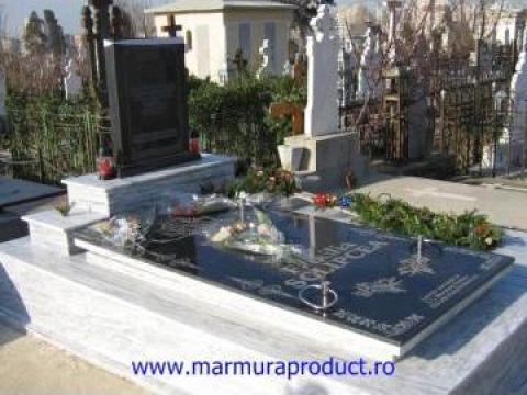 Cruci, monumente funerare din marmura si granit