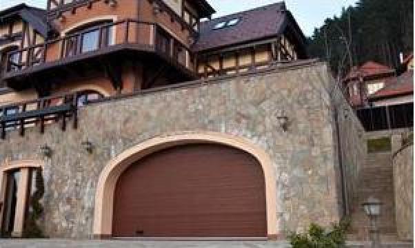 Usa de garaj rezidentiala sectionala de la Gamaterm Design