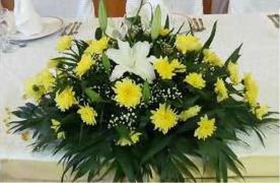 Aranjament floral din crizanteme olandeze pentru prezidiu de la Pfa Moraru Alina
