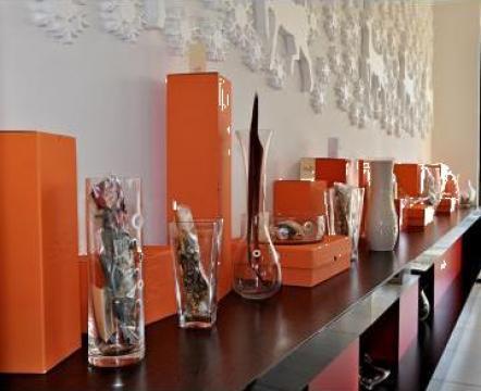 Pahare de cristal colorat, vaze, boluri